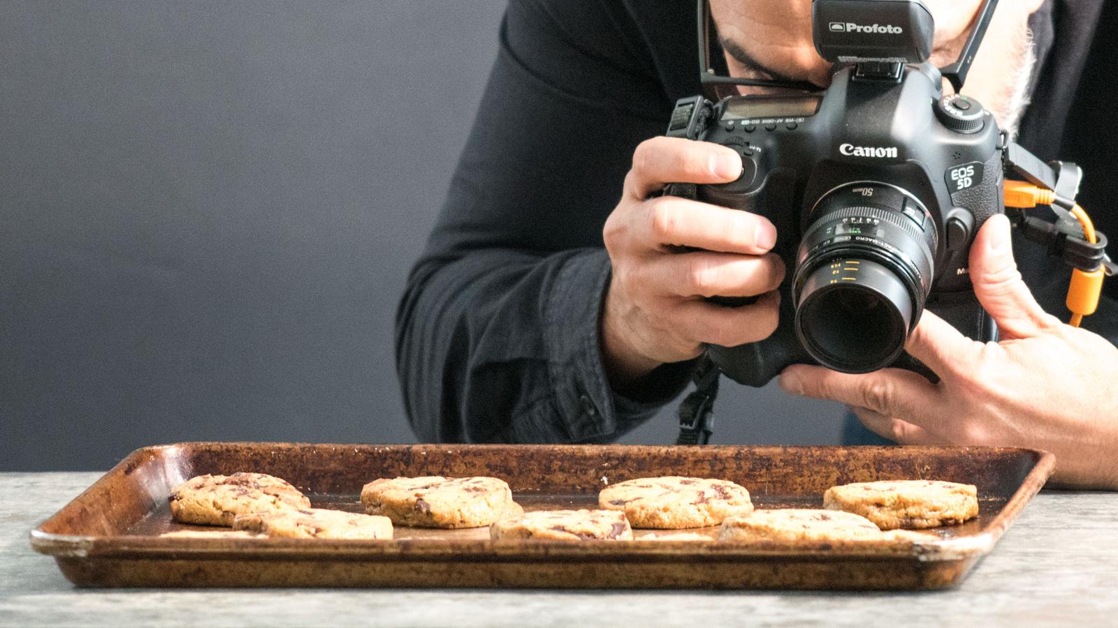 переводе как фотографировать еду на темном фоне милашка строит